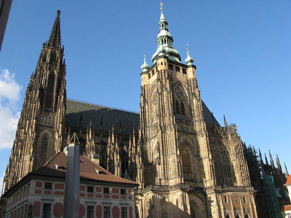 La Cattedrale di San Vito è dominata da una torre che raggiunge i 100 metri di altezza. Picture by Di Yair Haklai (Opera propria)  , via Wikimedia Commons (https://commons.wikimedia.org/wiki/File%3ASouth_facade_of_St._Vitus_Cathedral-Prague.jpg)