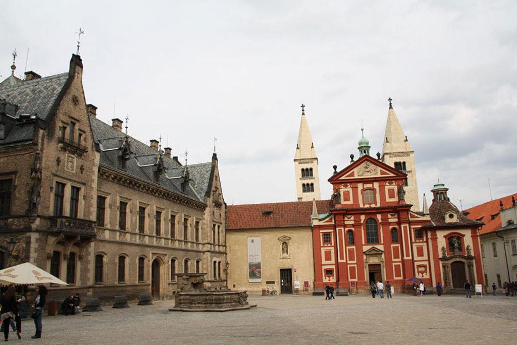 La facciata della Basilica di San Giorgio, la più antica chiesa del Castello. Picture by Martin Mašek (Own work)  , via Wikimedia Commons (https://commons.wikimedia.org/wiki/File%3AN%C3%A1m%C4%9Bst%C3%AD_U_svat%C3%A9ho_Ji%C5%99%C3%AD%2C_Pra%C5%BEsk%C3%BD_hrad.JPG)