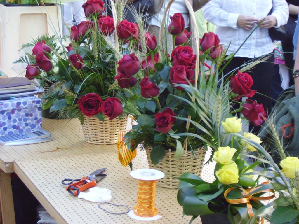 Rose rosse per tutte le donne a Barcellona nel giorno di San Jordi. Picture by 1997- Own work. Licensed under CC BY-SA 3.0 via Wikimedia Commons (https://commons.wikimedia.org/wiki/File:Roses_de_Sant_Jordi.JPG)