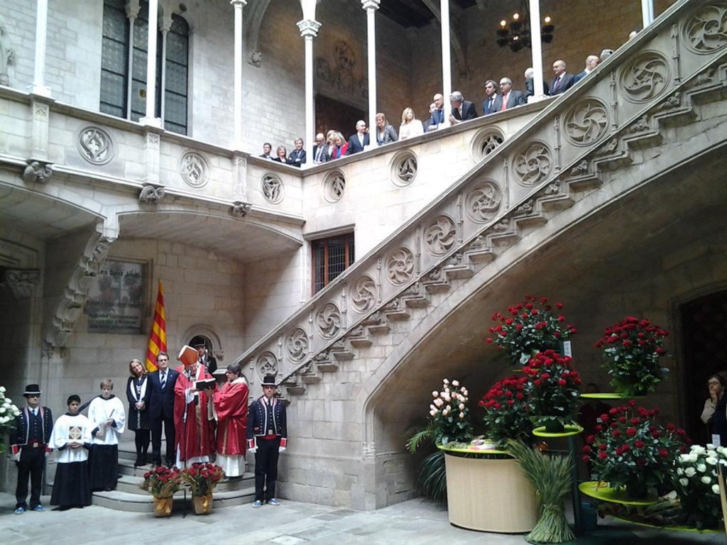 La tradizionale benedizione delle rose nel Palazzo della Generalitat. Picture by Convergència Democràtica de Catalunya- Own work. Licensed under CC BY-SA 3.0 via Wikimedia Commons