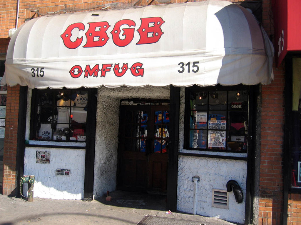 Lo storico locale No Wave, il CBGB - Picture by Adam Di Carlo - Own work. Licensed under CC BY-SA 3.0 (https://creativecommons.org/licenses/by-sa/3.0/) via Wikimedia Commons (https://commons.wikimedia.org/wiki/File:CBGB_club_facade.jpg?uselang=it)