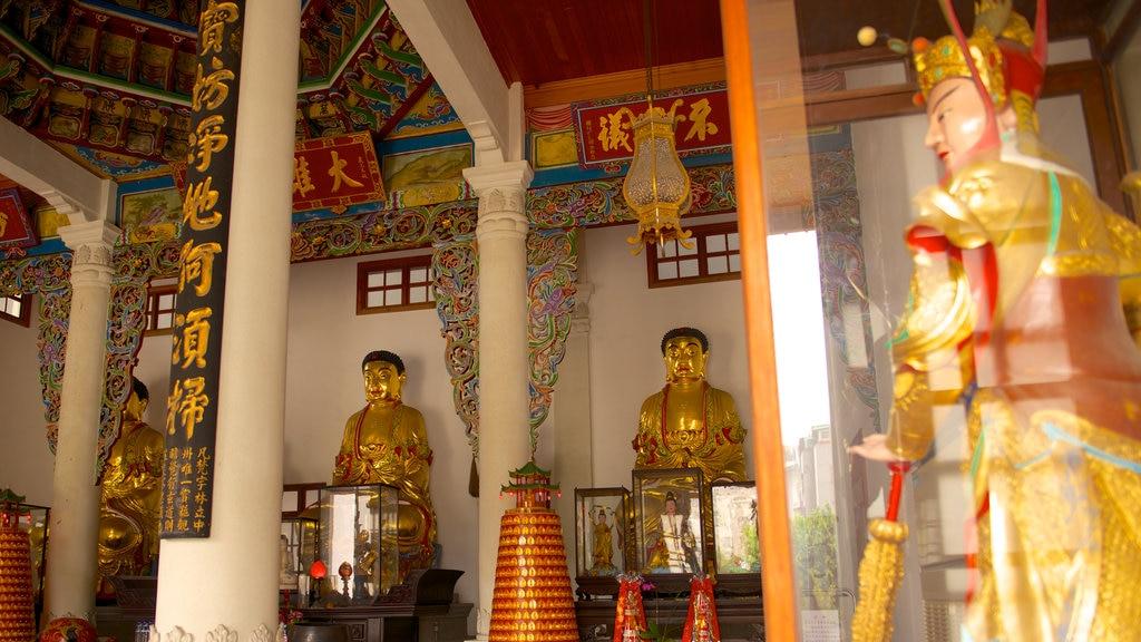 Templo de Paochueh que incluye un templo o lugar de culto, vistas interiores y elementos religiosos