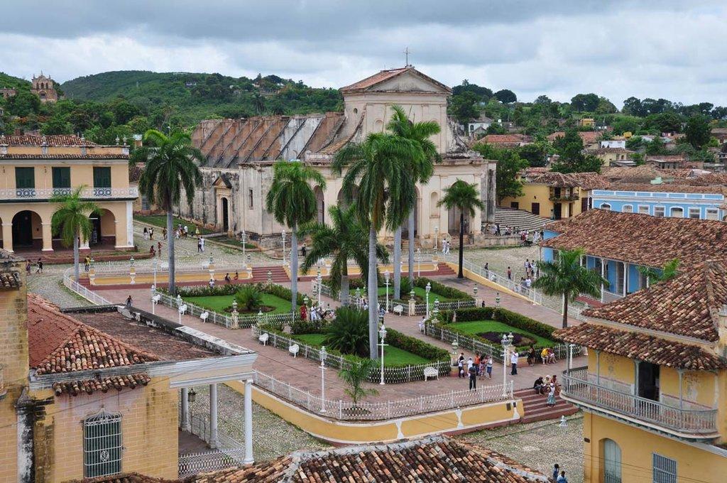 Facciate colorate e tanto calore umano, Trinidad vi conquisterà all'istante. Picture by DominiqueMichel - Own work. Licensed under CC BY-SA 3.0 via Wikimedia Commons (https://commons.wikimedia.org/wiki/File:Plaza_Mayor_-_Trinidad_-_Cuba.jpg)