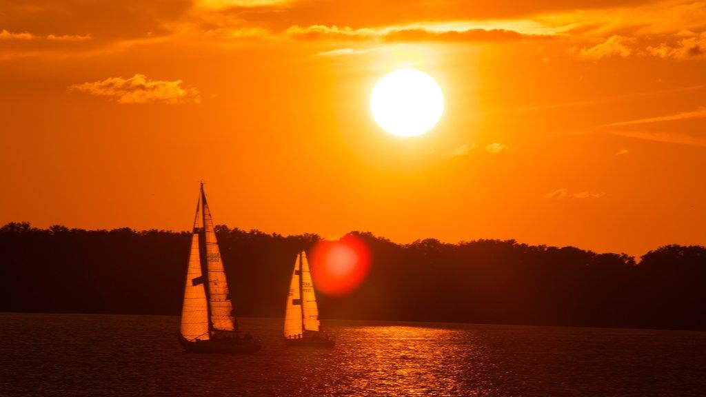 Erie que incluye un lago o abrevadero, navegación y una puesta de sol