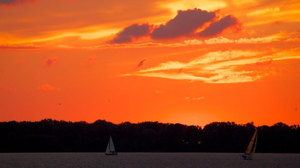 Erie mostrando un lago o abrevadero, navegación y una puesta de sol