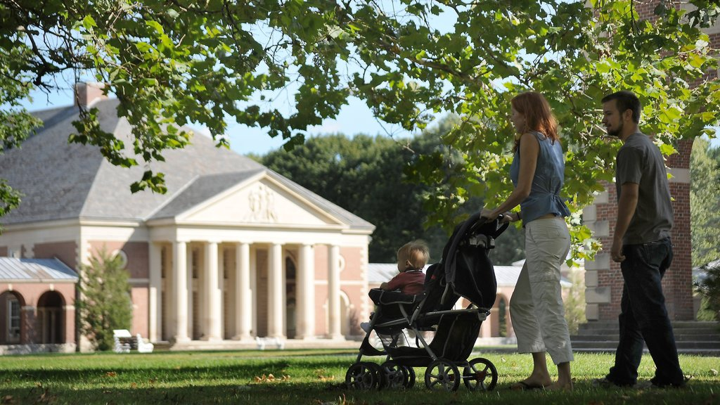 Saratoga Springs which includes a garden as well as a family