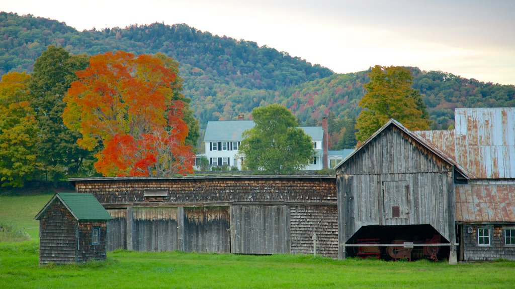 Vermont ofreciendo tierras de cultivo y los colores del otoño