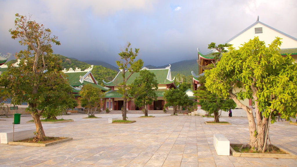 Linh Ung Pagoda which includes heritage architecture