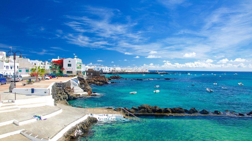 Lanzarote ofreciendo una ciudad costera, paseos en lancha y vistas generales de la costa