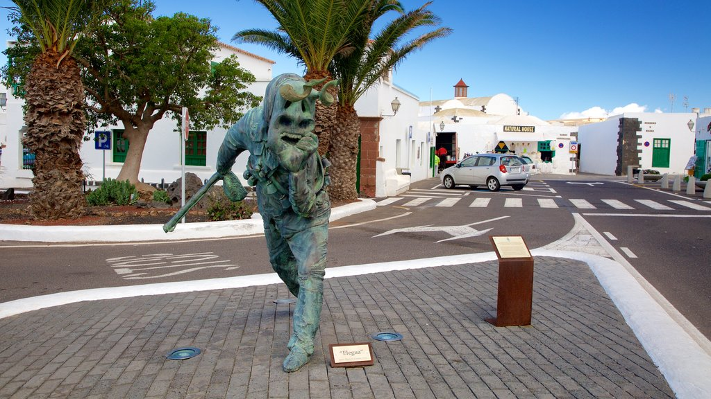 Teguise showing a city and a statue or sculpture
