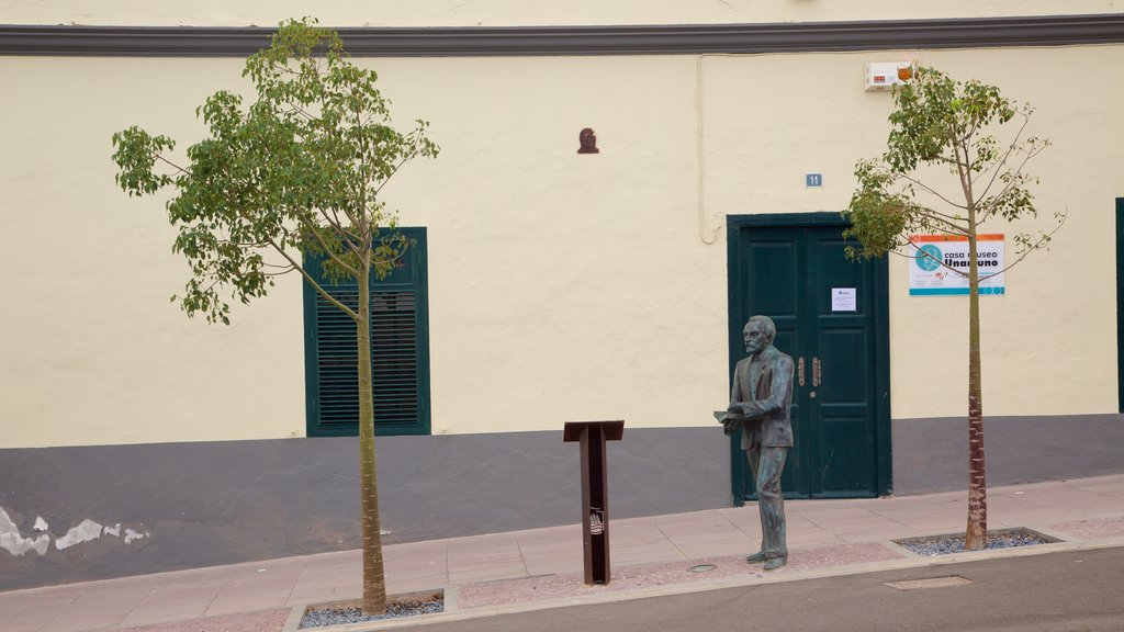 Puerto del Rosario showing a city and a statue or sculpture