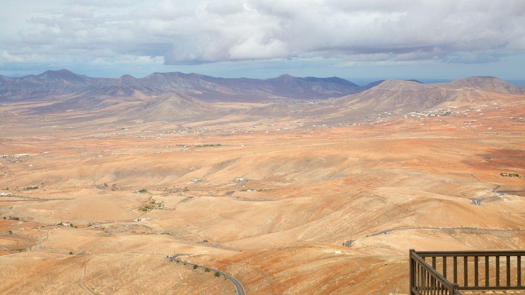 Fuerteventura showing desert views and mountains