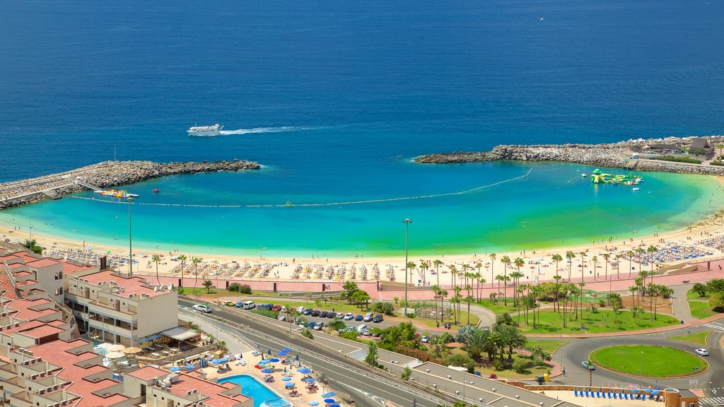 Amadores Beach showing a city, a coastal town and general coastal views