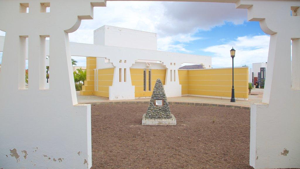 La Oliva showing a square or plaza