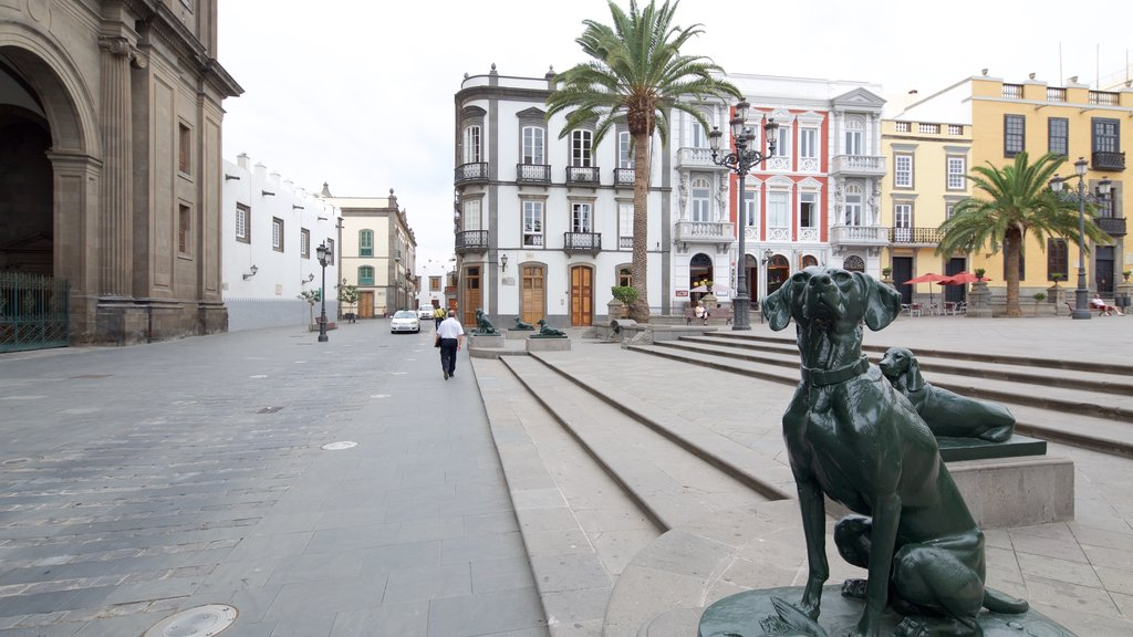 Las Palmas de Gran Canaria featuring heritage architecture, a statue or sculpture and a square or plaza
