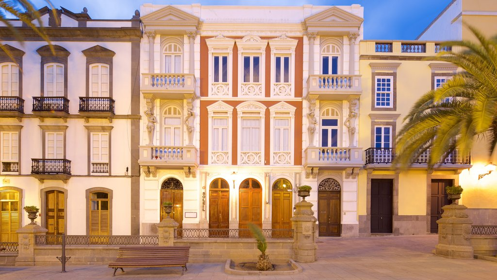 Las Palmas de Gran Canaria featuring heritage architecture and night scenes