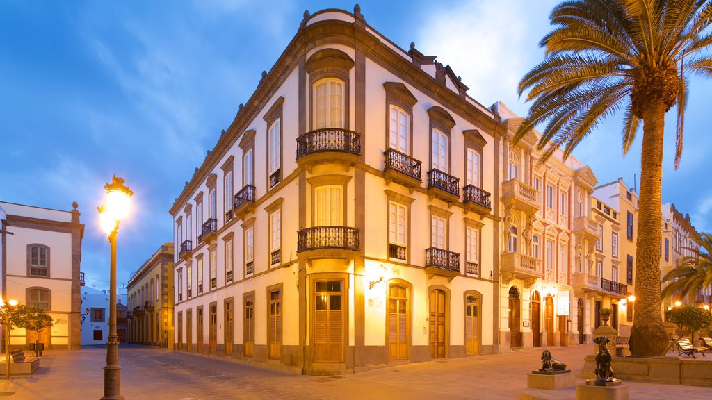 Las Palmas de Gran Canaria showing night scenes and heritage architecture
