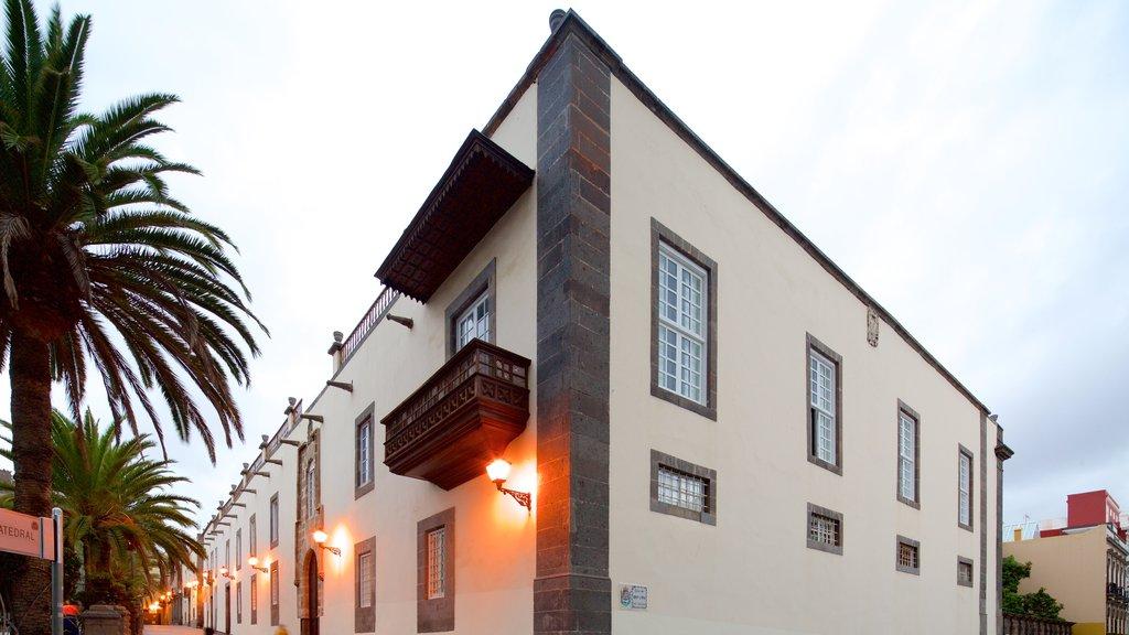Las Palmas de Gran Canaria which includes heritage architecture