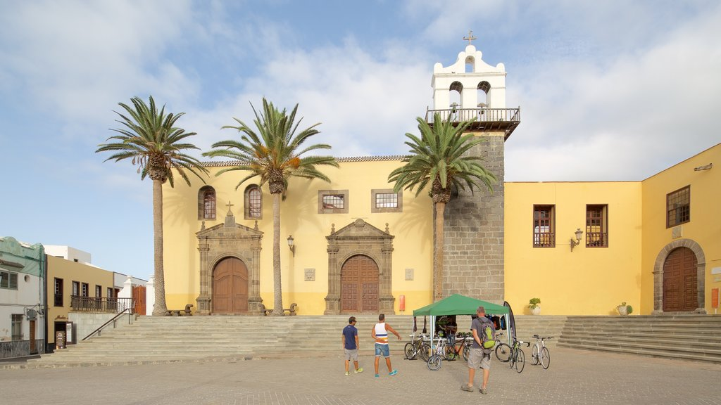 Garachico which includes heritage architecture and a square or plaza
