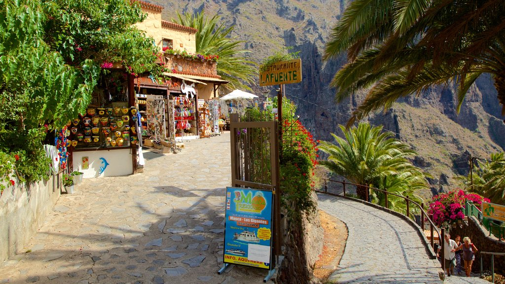 Masca which includes markets and shopping