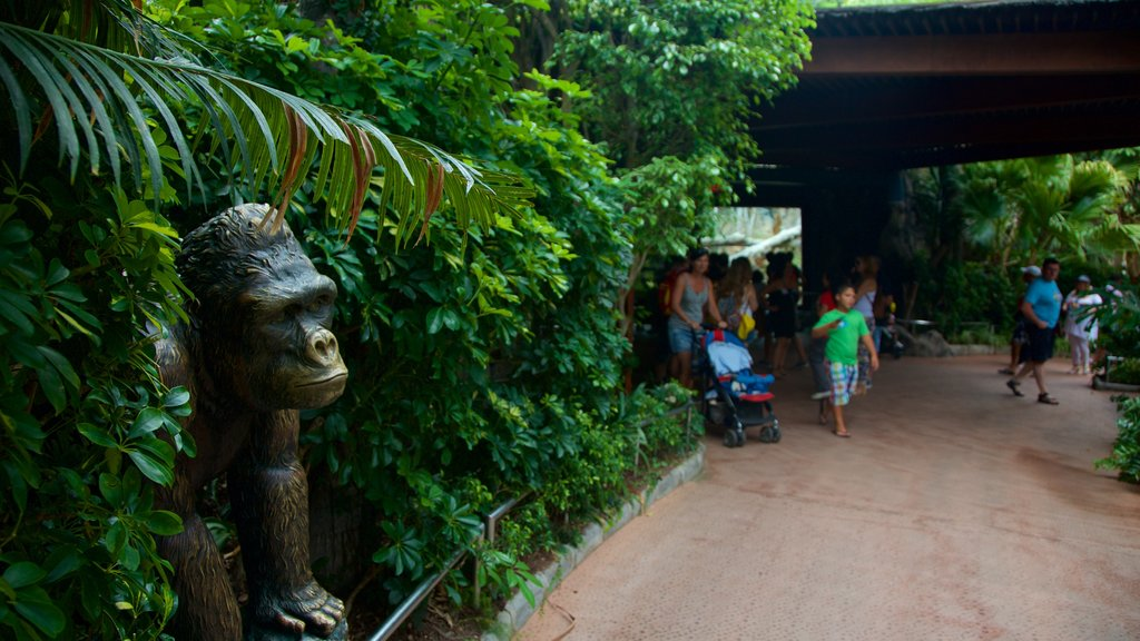Loro Parque which includes zoo animals and a statue or sculpture