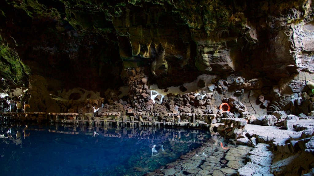 Jameos del Agua showing caves