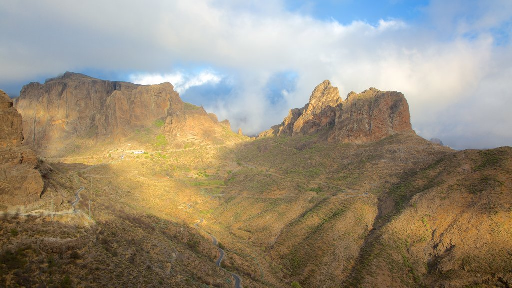 Roque Nublo featuring mist or fog and mountains