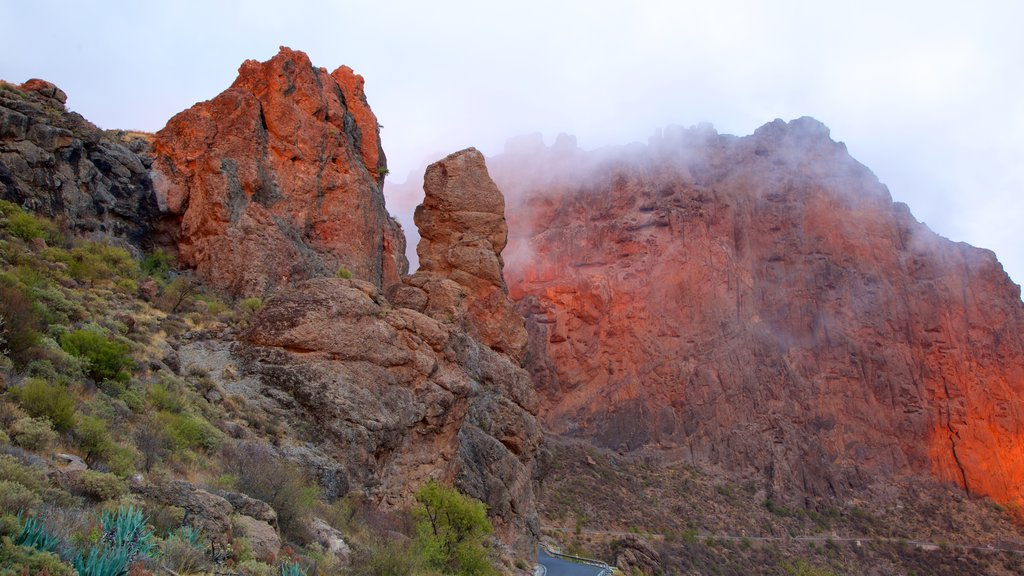 Roque Nublo which includes mountains and mist or fog