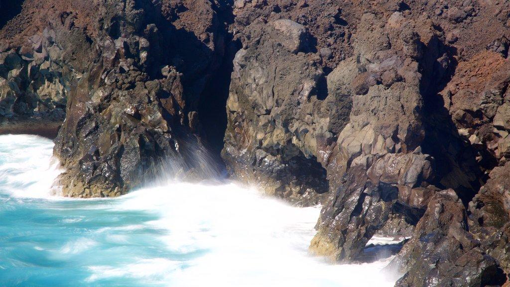 Los Hervideros Caves featuring rocky coastline