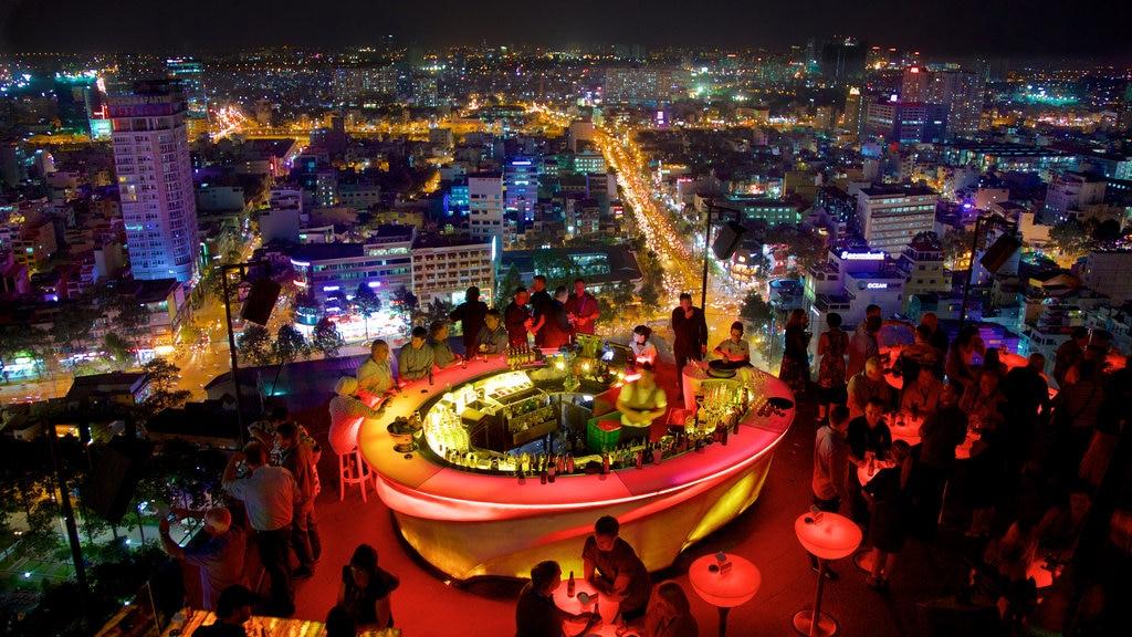 Ho Chi Minh City que incluye escenas nocturnas, un bar y una ciudad