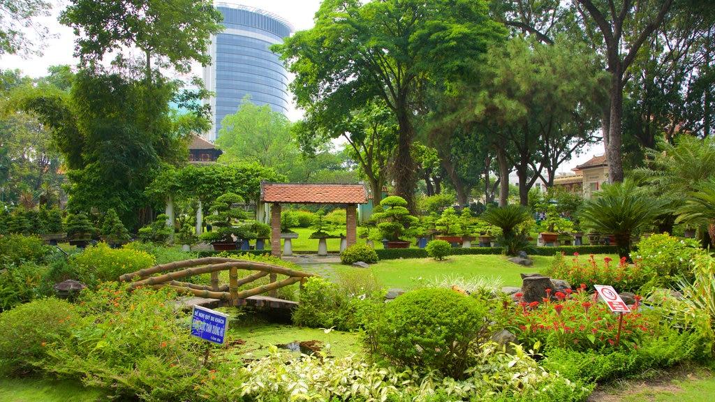 Saigon Zoo and Botanic Garden showing a park