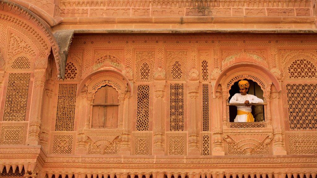 Mehrangarh Fort mostrando castillo o palacio y también un hombre