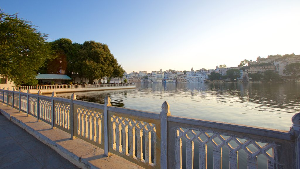 Udaipur showing a lake or waterhole