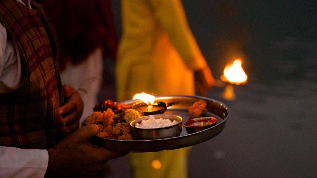 Triveni Ghat mostrando aspectos religiosos y comida