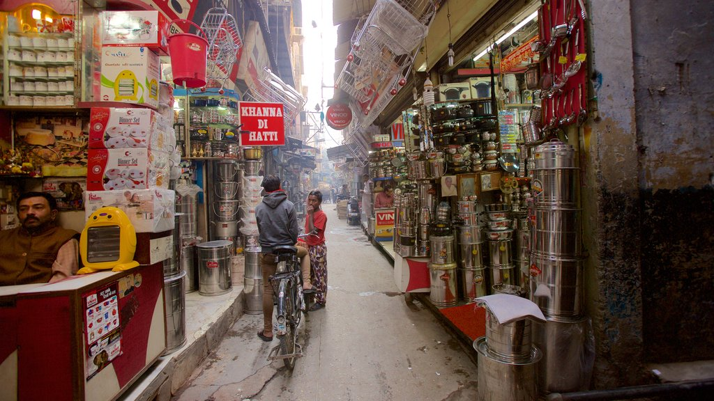 Amritsar featuring markets, street scenes and a city