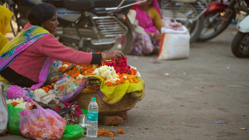 Udaipur ofreciendo flores y también una mujer