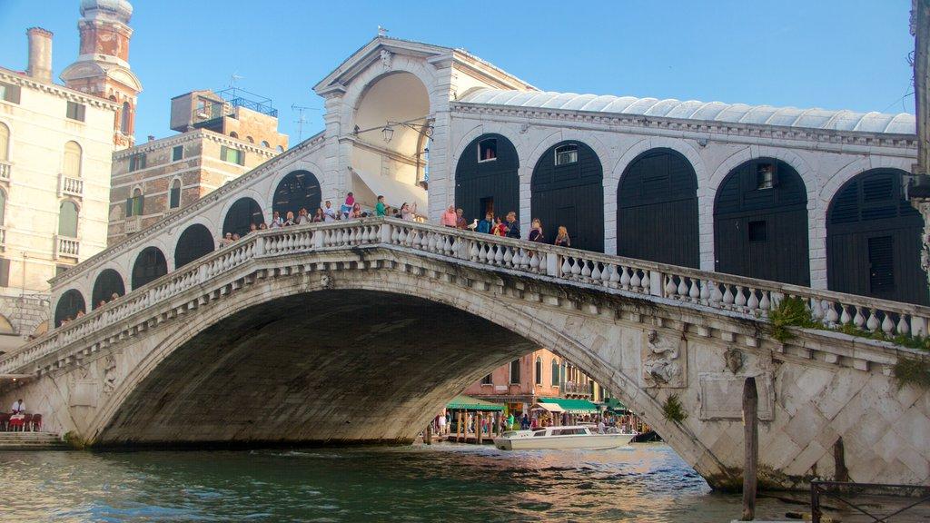 Puente de Rialto mostrando un lago o abrevadero, un puente y patrimonio de arquitectura