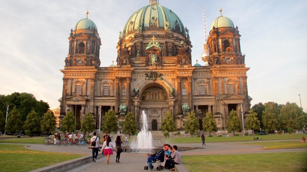 Berlin Cathedral showing a fountain, chateau or palace and heritage architecture
