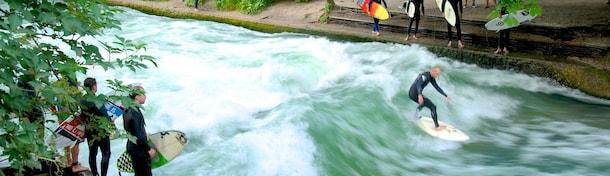 München: Surfen auf der Eisbachwelle - Spaß für Profi-Surfer und Zuschauer