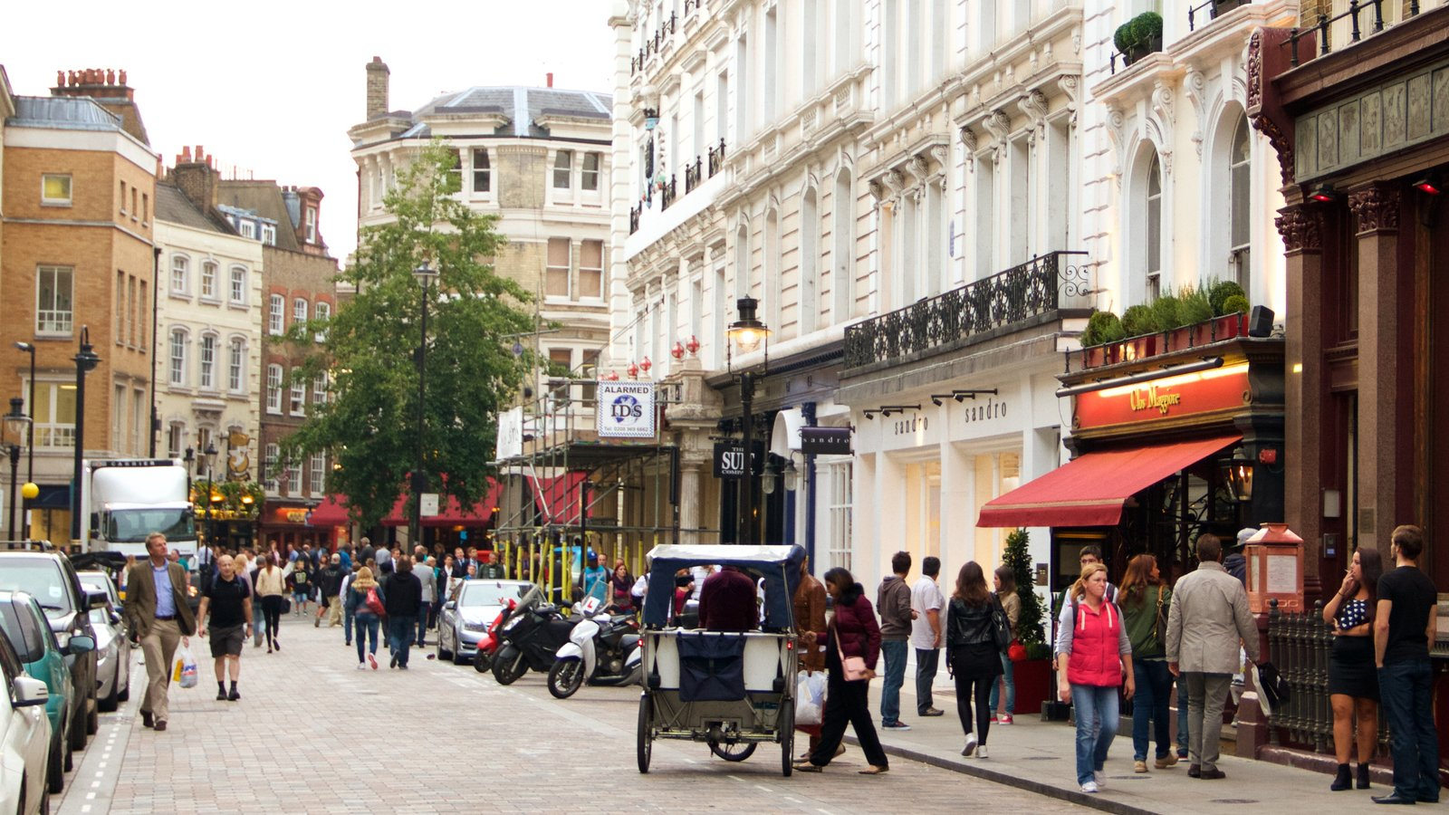 Covent Garden showing street scenes, shopping and heritage architecture