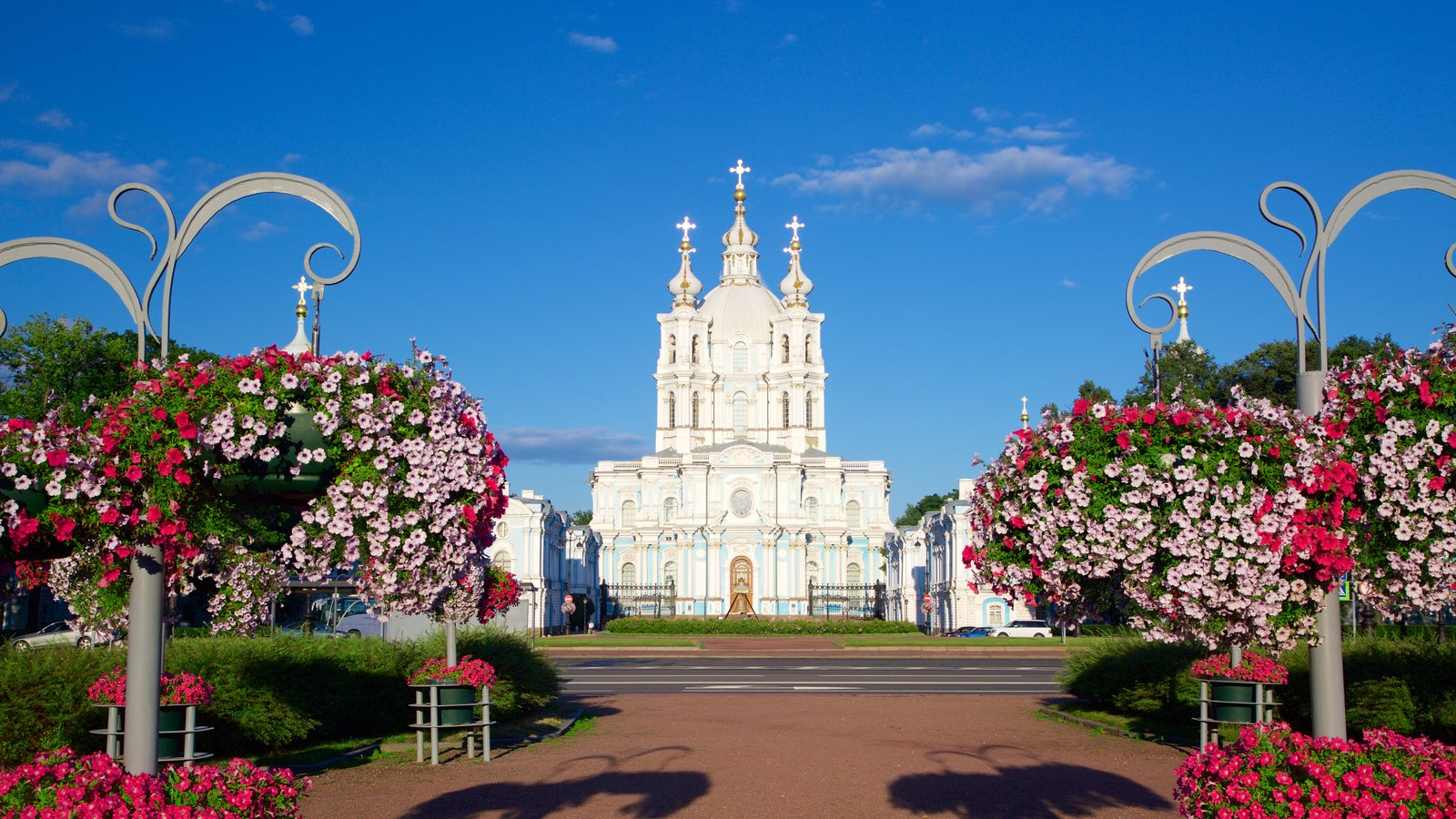Catedral de Smolny que inclui arquitetura de patrimônio