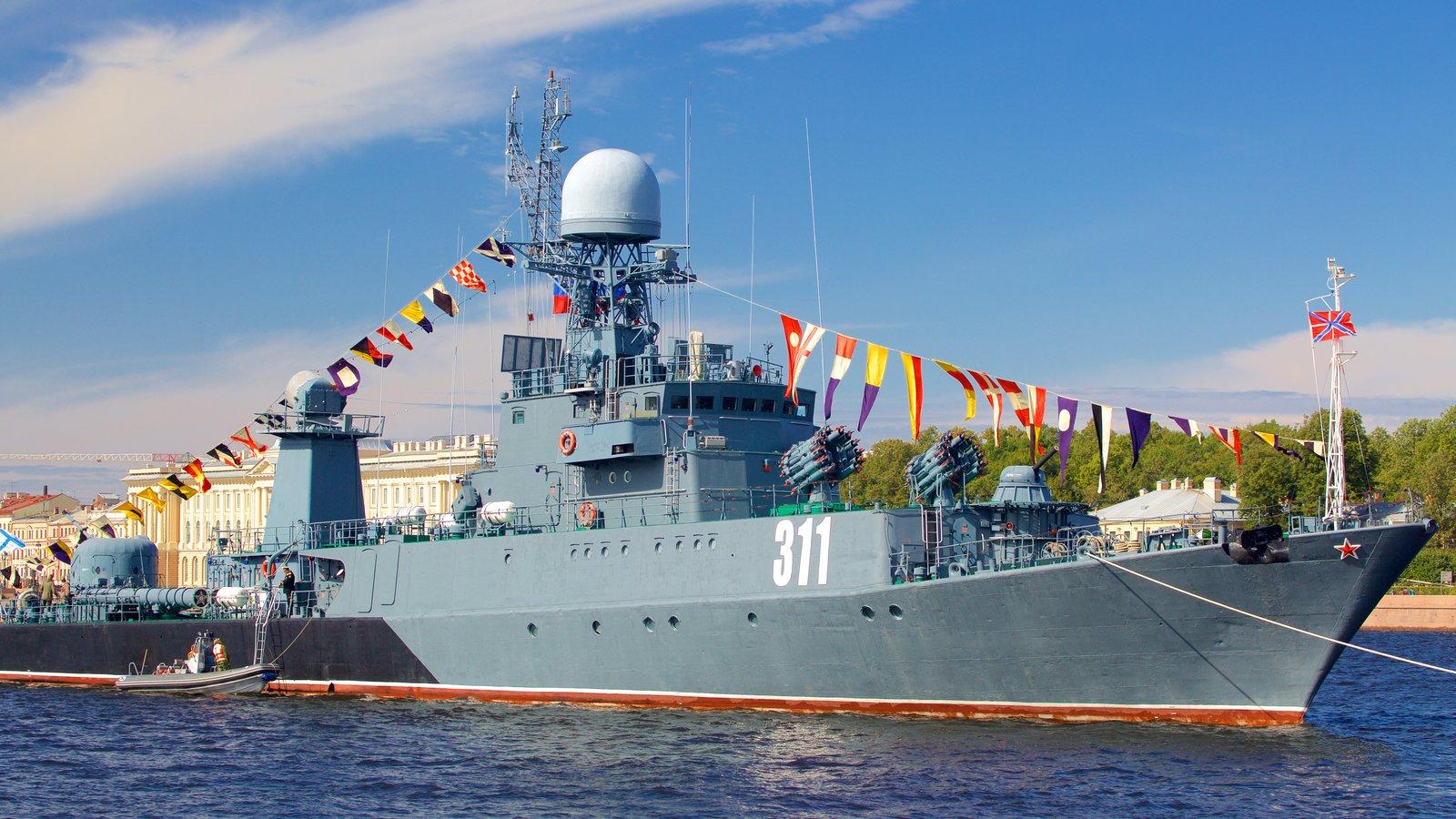 Cais do Almirante que inclui itens militares, uma marina e um rio ou córrego