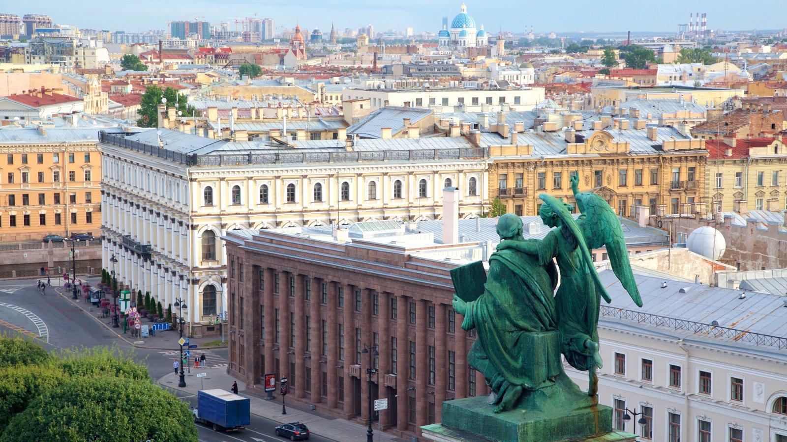 Catedral de S. Isaac que inclui uma estátua ou escultura e uma cidade