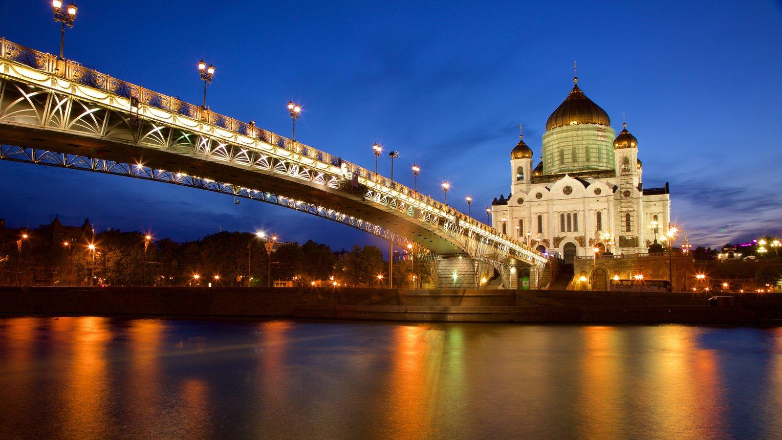 Catedral de Cristo Salvador mostrando uma ponte, um rio ou córrego e arquitetura de patrimônio