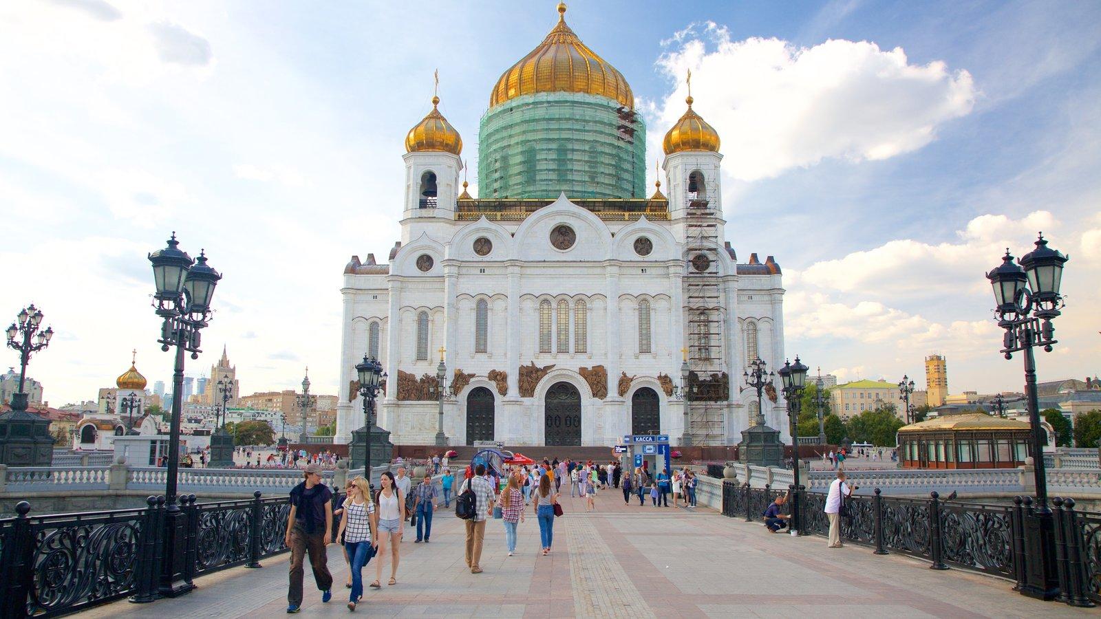 Catedral de Cristo Salvador caracterizando arquitetura de patrimônio assim como um pequeno grupo de pessoas