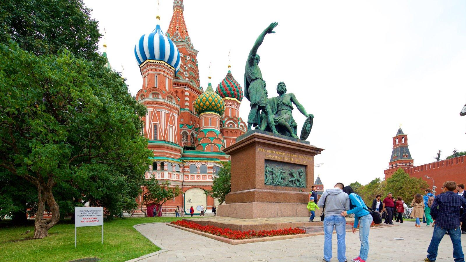 Monumento a Minin y Pozharski que incluye patrimonio de arquitectura y una estatua o escultura y también un pequeño grupo de personas