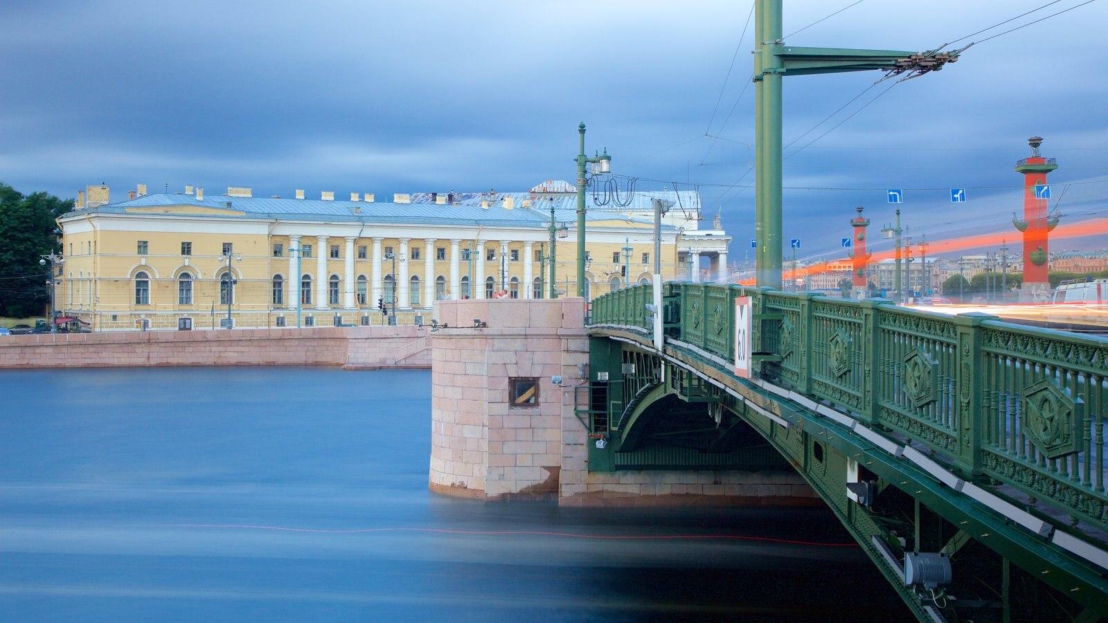 Strelka mostrando arquitetura de patrimônio, um rio ou córrego e uma ponte