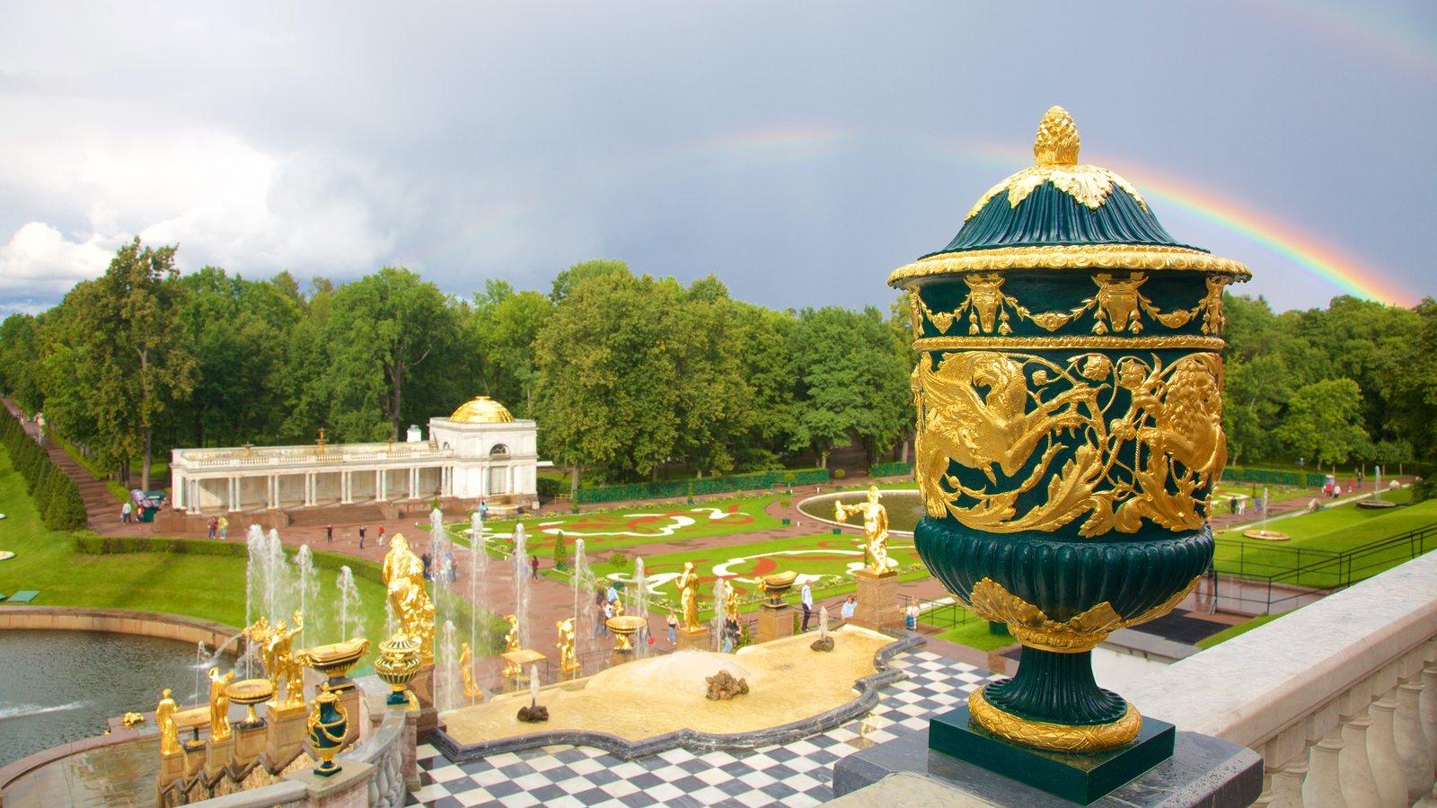 Palácio e Jardins Peterhof caracterizando um parque e arquitetura de patrimônio