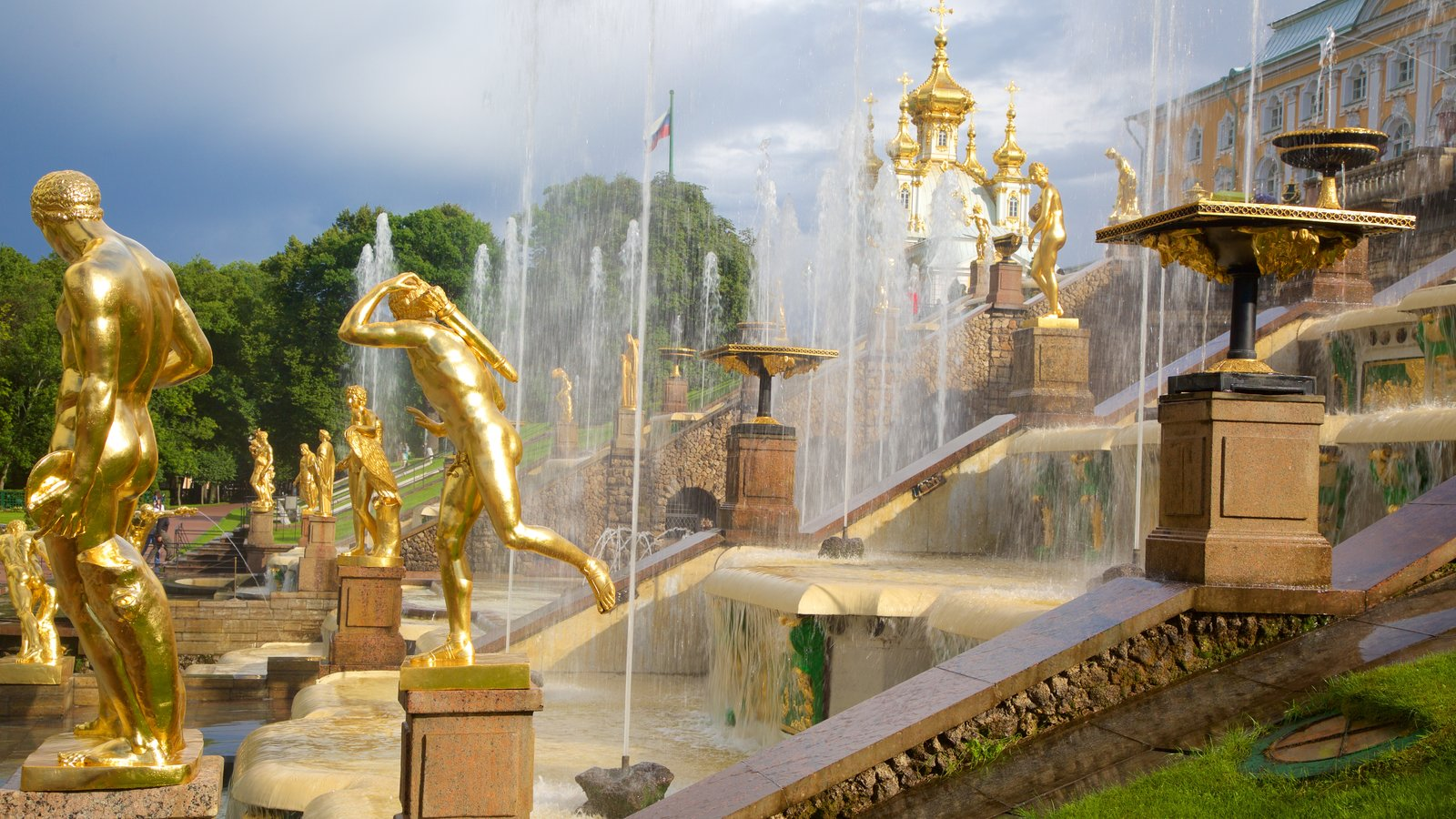 Palácio e Jardins Peterhof mostrando arquitetura de patrimônio e uma fonte