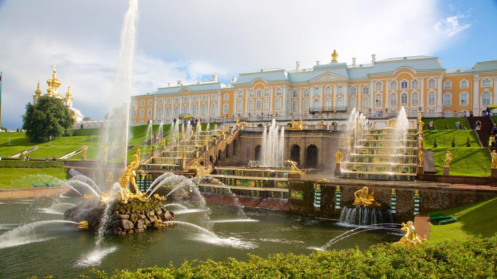 Palácio e Jardins Peterhof caracterizando arquitetura de patrimônio e uma fonte